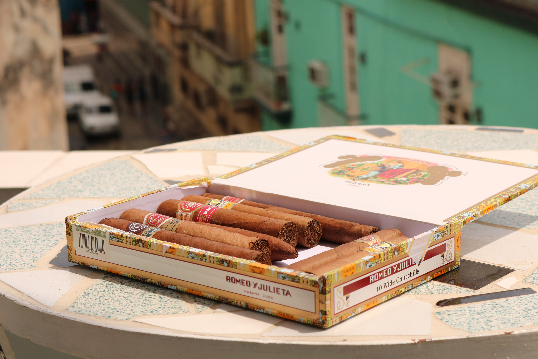 Cygara kubańskie. Dobre cygaro to niekoniecznie wysoka cena, tak jak w przypadku znacznie przereklamowanych cygar kubańskich. Cygaro cena