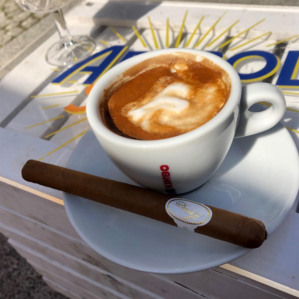 Davidoff Classic no. 2 paruję z cappuccino.