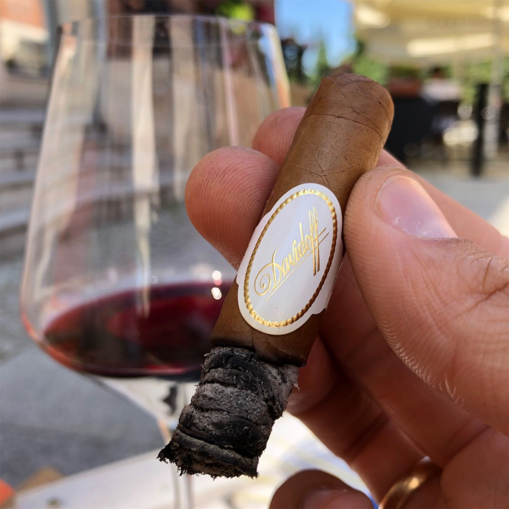 Połączenie delikatnego cygara Davidoff no. 2 z ciężko-owocowym winem nie było dobrym pomysłem... Cygaro i wino. Parowanie.