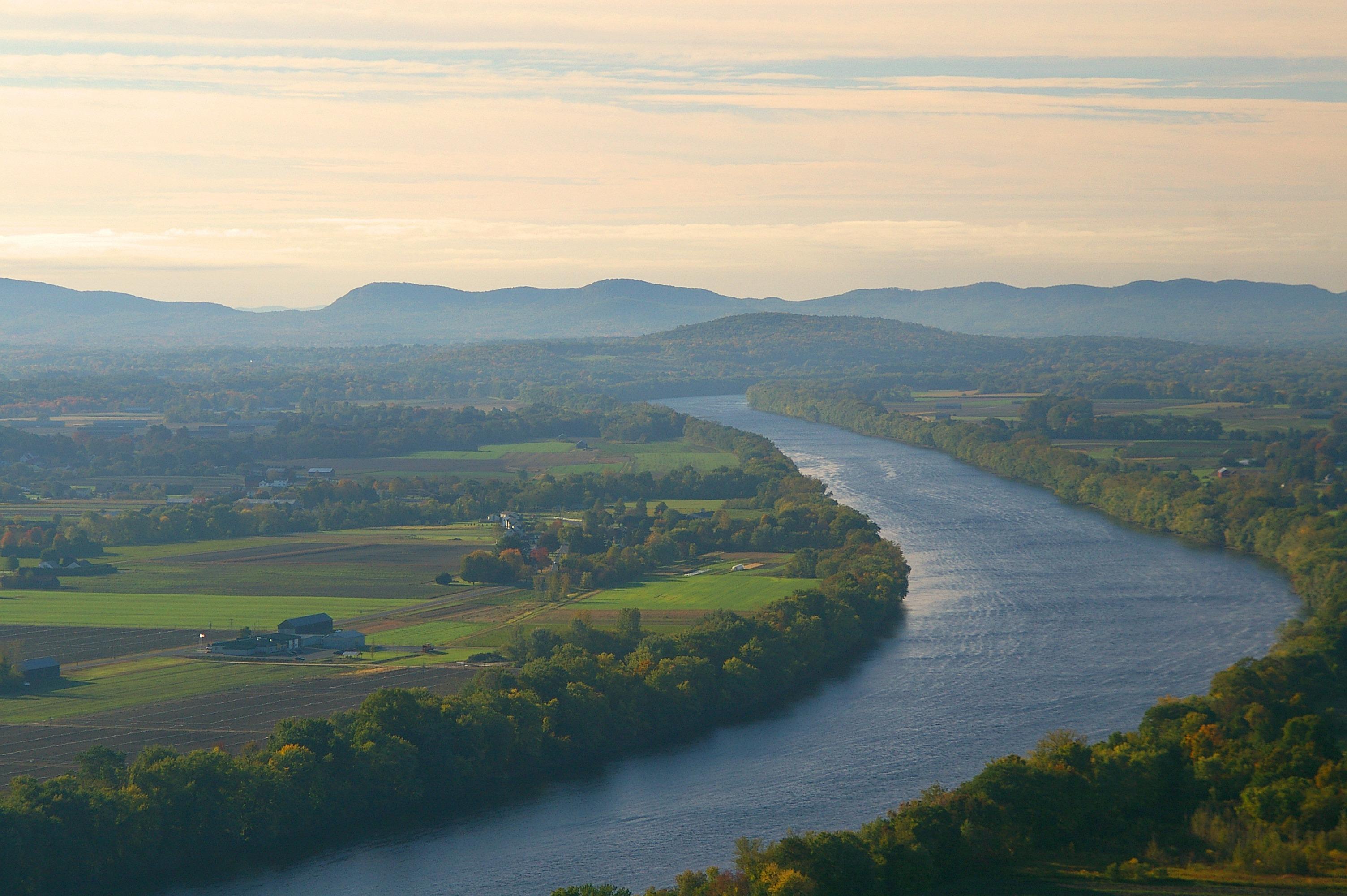 Poranna krotochwila w dolinie rzeki Connecticut